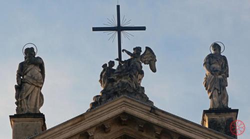 AF 15 La Croce di Cristo sostenuta dagli angeli. A sinistra San Giovanni Evangelista, a destra Santa Maria Maddalena