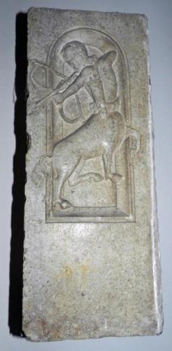 Fig. 08, Frammenti di pilastrini prismatici, Centauro arciere