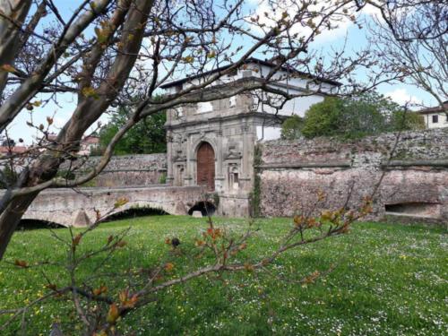 Porta San Giovanni o dei Monti, lato esterno alla città