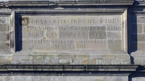 Porta San Giovanni o dei Monti. Iscrizione sulla porta interna con la data di completamento (1528)