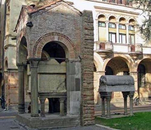 01 - Tomba di Antenore e sarcofago di Lovato de' Lovati 1 (fonte www.ilbolive.unipd.it, Lovato-Mussato, primi umanisti)