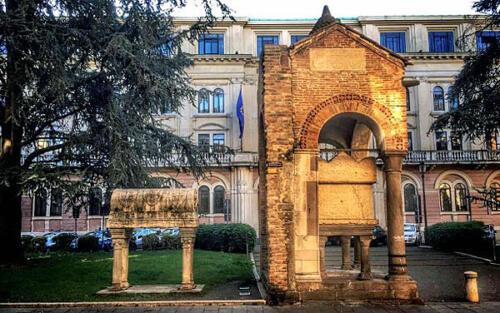 01 bis - Tomba di Antenore e sarcofago di Lovato de' Lovati (fonte www.dalvenetoalmondoblog.blogspot.com)