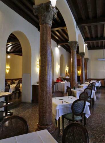 03 - Palazzo Zacco, le colonne del salone al piano terra