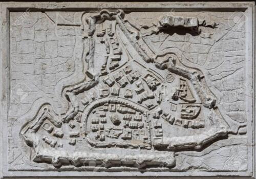 07 -Antica mappa-della città-di-padova con-antiche mura da un rilievo in-pietra sulla-Chiesa di Santa Maria del Giglio in Venezia, completato nel XVII secolo (Immagine di Cristiano Fronteddu)