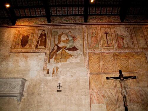 10 - San Cristoforo con il fanciullo Gesù sulle spalle e santi entro eleganti cornici; a destra in basso il crocifisso del 1400