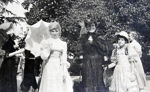 13 - La Contessa Amalia Nani Mocenigo con le figlie Carla e Gabriella