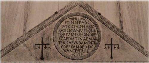 Fig. 05. Padova, Basilica di Santa Giustina, timpano triangolare con l'iscrizione dedicatoria di Opilione, sec. VI (1)