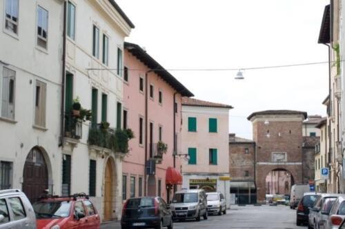 Foto 03 - Borgo Santa Lucia e Porta omonima sullo sfondo (1)