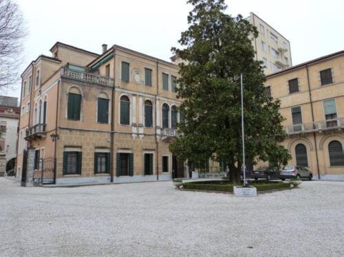Giardino e retro del palazzo